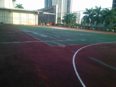 Penambalan bagian retak dan pengecatan Lapangan Tennis