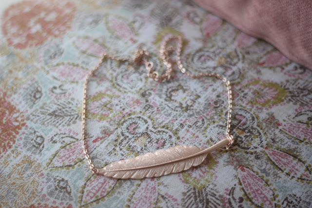 photo-complementos-maituins-collar-the-boho-shop-market-gargantilla-hoja-pluma-rosa