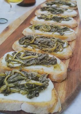 Crostoni alla crescenza filante cime di rapa aglio, olio e peperoncino