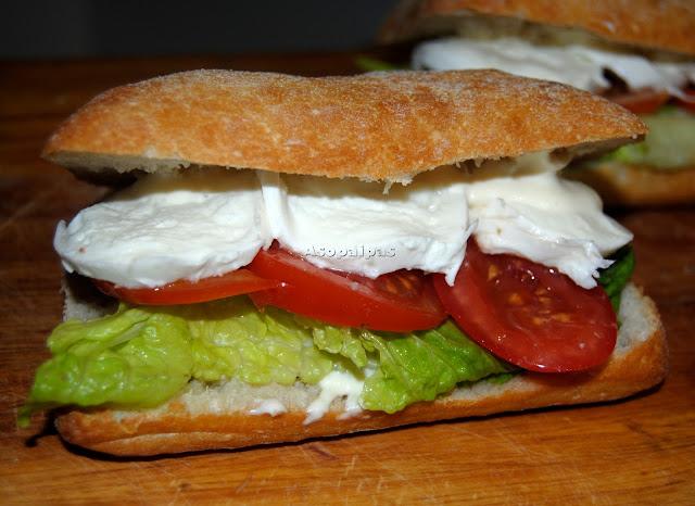 Sándwich Caprese con tomate, mozzarella y lechuga