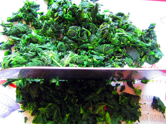 Filo pie with nettles and yoghurt by Laka kuharica: Chop the nettles