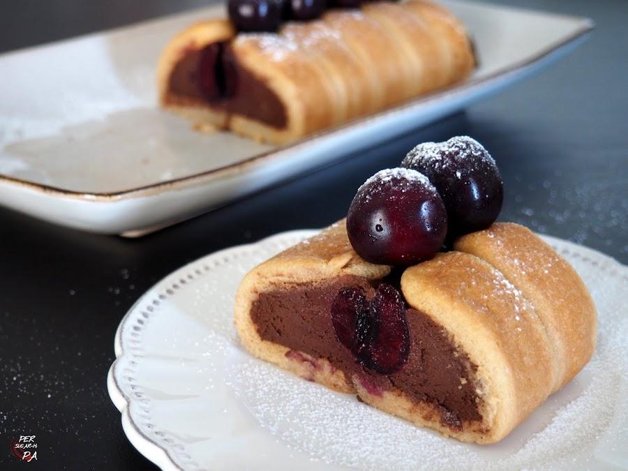 Brazo de bizcochos de soletilla (savoiardi) con relleno de cerezas y mousse de chocolate