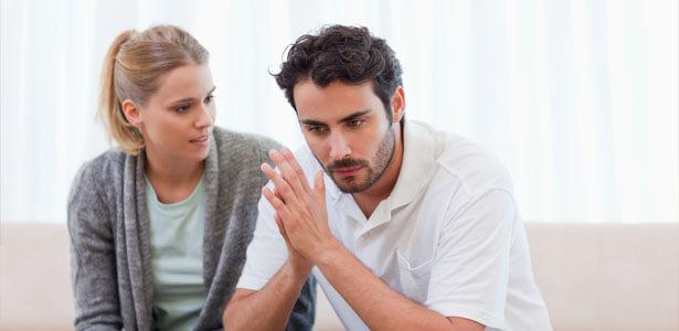 Pareja sintiendo culpa de infidelidad
