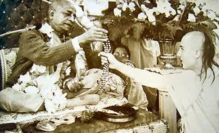 Srila prabhupada chanting on beads, givin diksa initiation