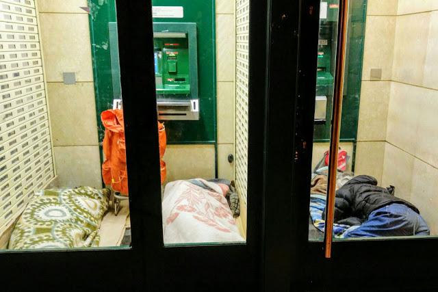 Tres personas duermen en un cajero de Bagatza