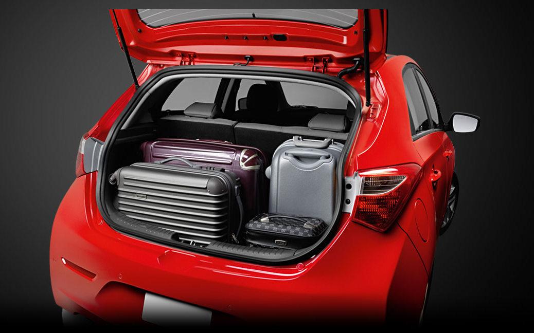 O porta-malas tem capacidade volumétrica de 300 litros. Utilizando os  bancos rebaixados, a capacidade do porta-malas aumenta para 900 litros. 3ac3699643