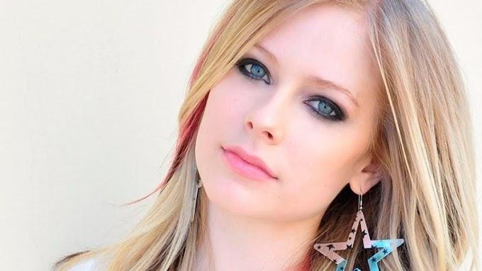 Volvió y en forma de fichas... Avril Lavigne regreso y lo hizo con una presentación en vivo intima. Miralo aqui.