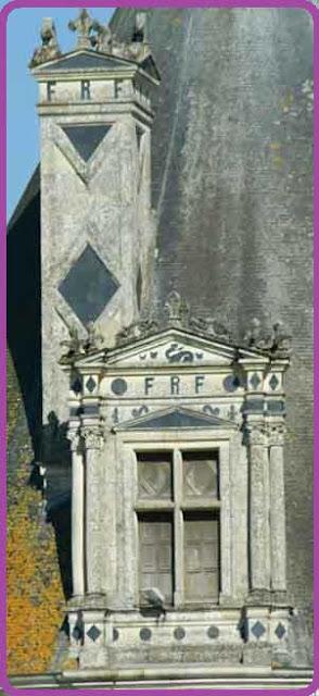 Les lettres FRF sur la façade du château de Chambord.