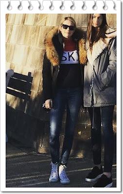 エマ・ロバーツ(Emma Roberts)は、マッカージュ(Mackage)のダウンジャケット、トリースポーツ (Tory Sport)のセーター、コンバース (Converse)のスニーカーを 着用。