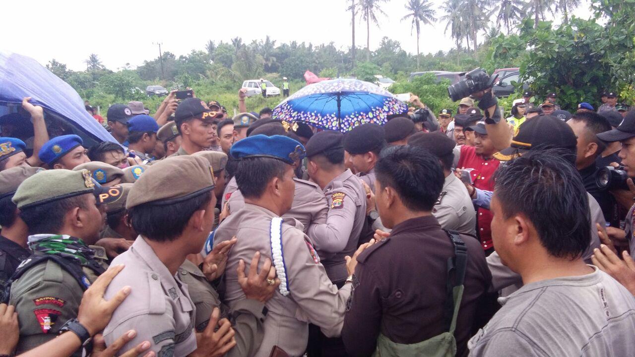 Eksekusi Lahan di Pesbar Diwarnai Bentrok Polisi dan Satpol-PP