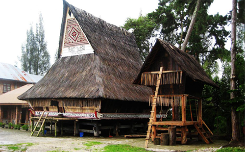 Rumah Adat karo Provinsi Sumatra Utara - Raimondwell.com