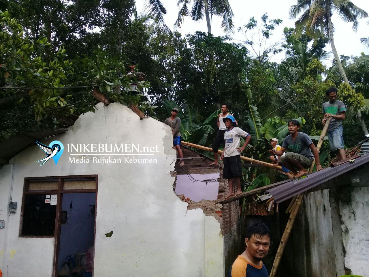 Hujan Deras dan Angin Kencang, Belasan Rumah Warga Tertimpa Pohon Tumbang