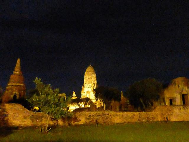 Wat Ratchaburana de noche