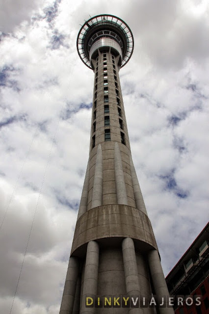 La Sky Tower de Auckland desde su base