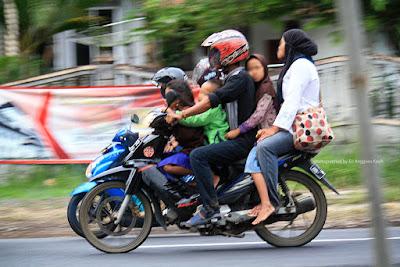 Ilustrasi pengendara motor yang mengabaikan aspek keselamatan.