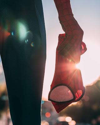 persona con disfraz de spiderman