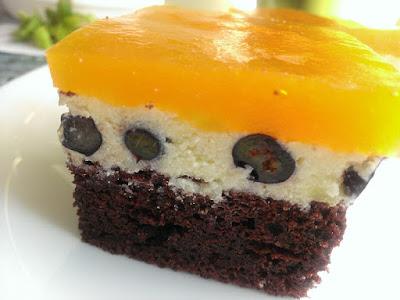 Ciasto z kremem, galaretką i borówkami