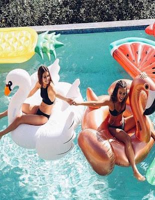 foto de amigas en piscina