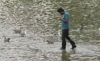 Μάγος περπατάει στο νερό μπερδεύοντας τους περαστικούς [video]