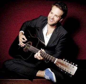 Foto de Sebastián Yepes tocando su guitarra