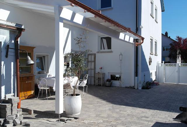 Vordach aus Holz und Teilverglasung