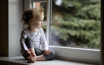 baby-girl-yağmur-drop-pencere-cam 2560x1600