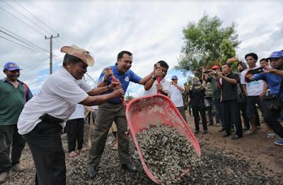 Ridho Ficardo Gotong Royong Perbaiki Jalan, Begini Keseruannya..