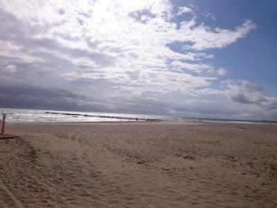 Stranden vid tolvtiden under löparturen i lördags. Dock med mörka moln som tornar upp sig.