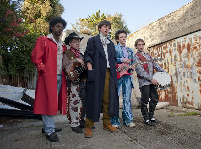 der cineast Filmblog Die Band Sing Street in Outfits a la Village People