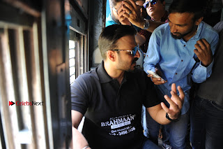 Bollywood Actor Vivek Oberoi Snapped Travelling by Local Train to Kelve  0009.JPG