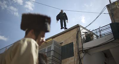 Boneco de soldado do Exército Israelense é enforcado