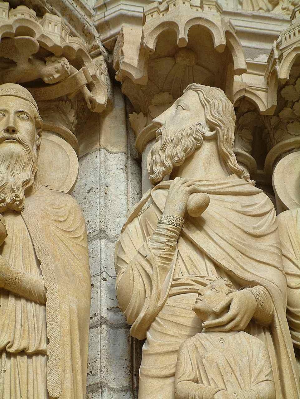 O anjo (no alto à esquerda) segura o braço de Abraão que vai sacrificar seu filho Isaac, prefigura do sacrifício do Calvário. Catedral de Chartres