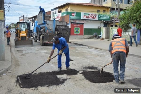 Estrada do Alecrim recebe operação tapa-buracos na Zona Leste