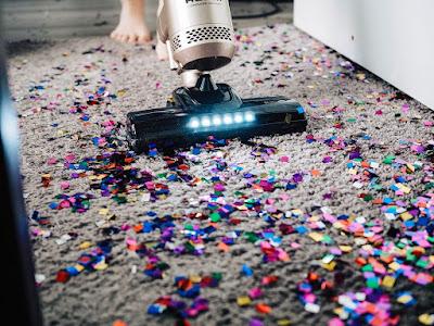 Dziecko odkurza dywan w salonie