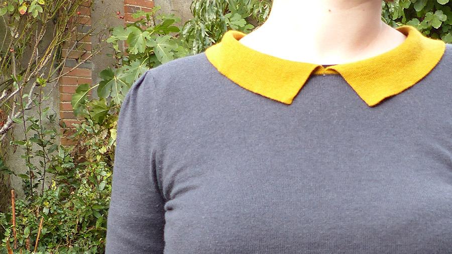 pull gris à col claudine jaune