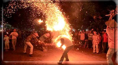 Tradisi unik perang adu api obor dari desa tegal sambi