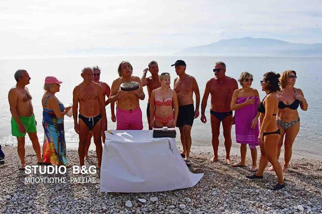 Χειμερινοί κολυμβητές στο Ναύπλιο έκοψαν την Πρωτοχρονιάτικη πίτα τους - 86χρονος ο γηραιότερος!!! (βίντεο)