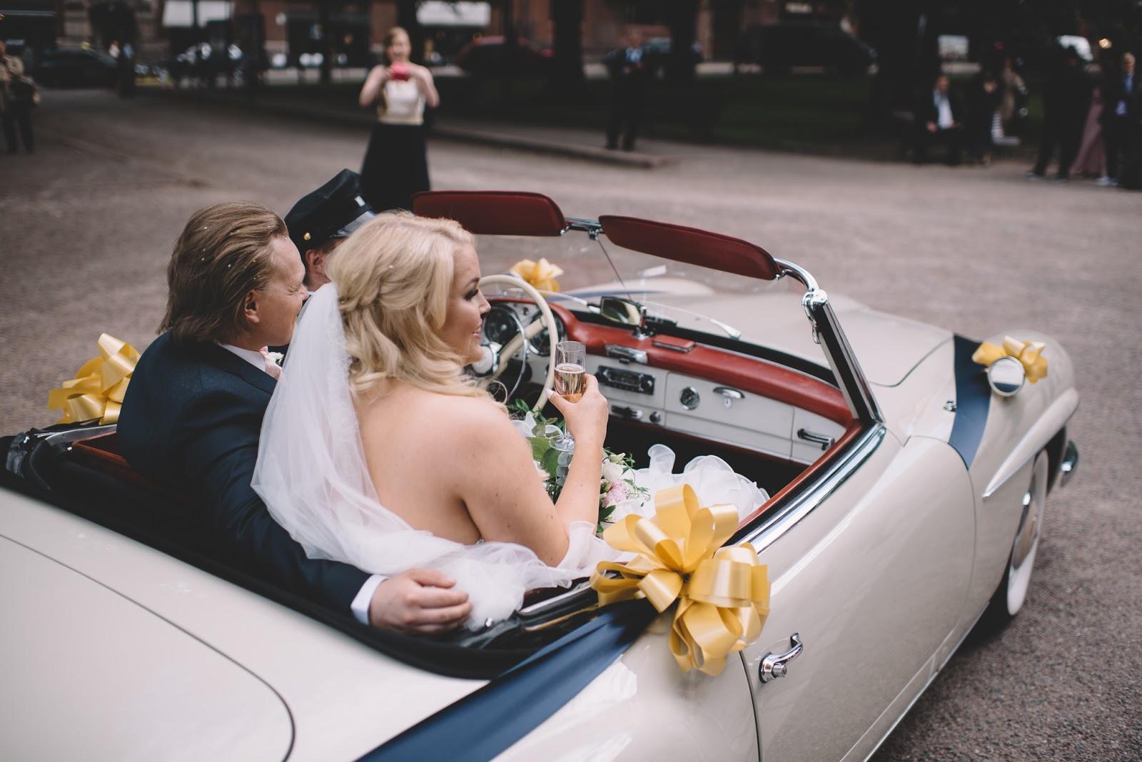 C Car eli hääauto hehe. Hääautonamme toimi tuttumme harrasteauto ja se oli  niin ihana ja he olivat ihanasti koristelleet sen jopa meidän teemaväreillä. 458b3bab7d