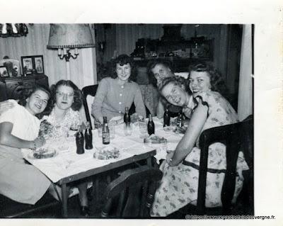 Photo noir et blanc ancienne : l'apéro