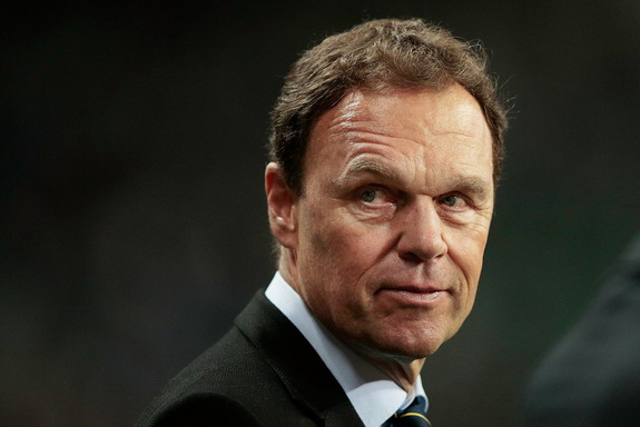 Australia coach Holger Osieck has apologized for saying 'women should shut up in public'