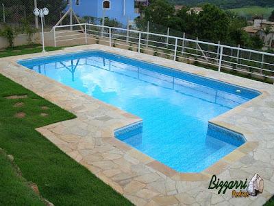 Construção da piscina em Itatiba-SP com o revestimento de azulejo, o piso do passeio da piscina com pedra São Tomé tipo caco e o peitoril de alumínio.