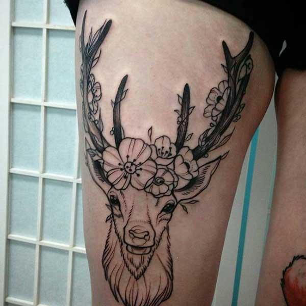 çiçekli geyik bacak dövmesi