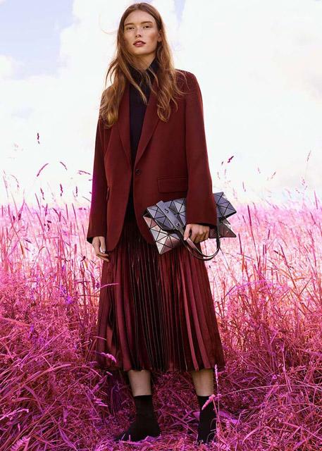 Девушка в длинном бордовом жакете и юбке плиссе