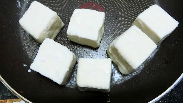 豆腐をフライパンで焼く