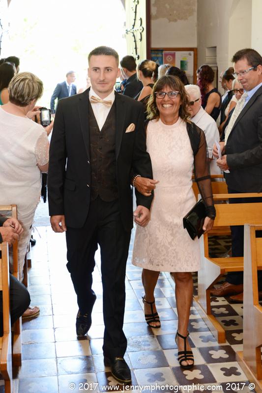 entrée du marié dans église avec sa maman