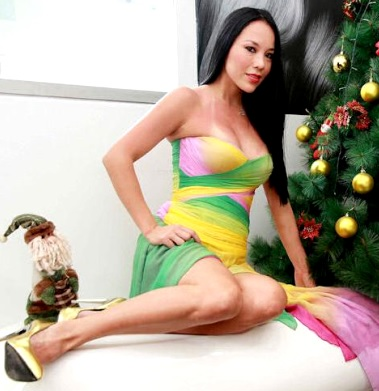 Foto de Patty Wong junto a un árbol navideño