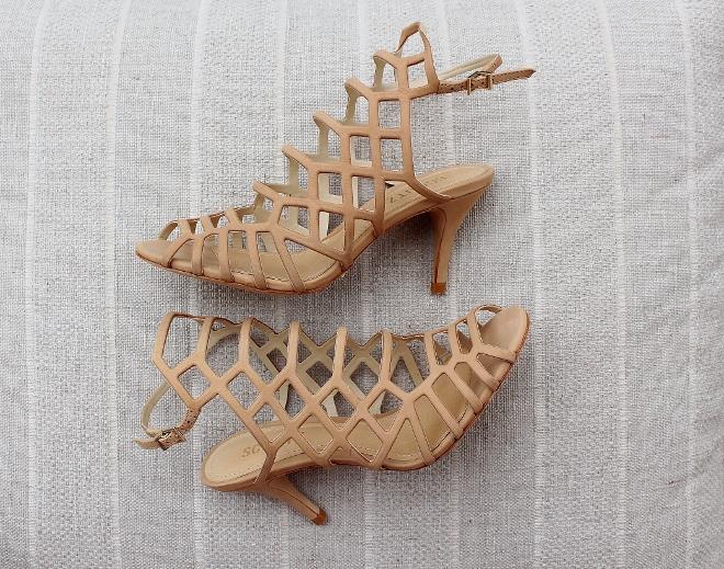 26e6456cd Lembram das sandálias modelo Valentino marrom que evaporaram aqui?  Recebemos elas novamente nessa cor linda, linda!!! Nem preciso falar que o  salto é super ...