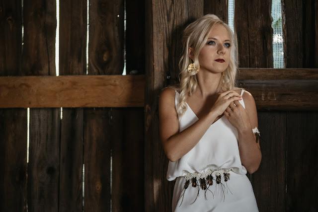 Aplikacja z piórek na suknię ślubną