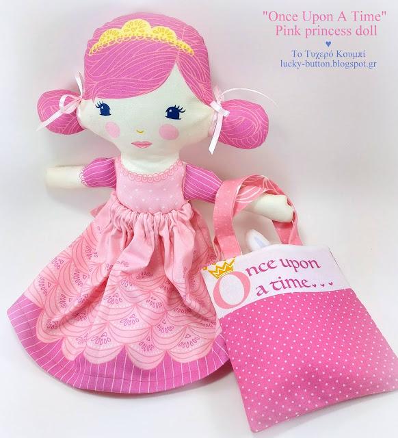 Η κούκλα πριγκίπισσα σε ροζ αποχρώσεις, υφασμάτινο αξεσουάρ τσαντάκι