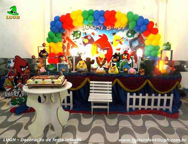 Decoração da mesa do bolo de aniversário tema Angry Birds tradicional luxo de tecido - Festa infantil na Barra-RJ